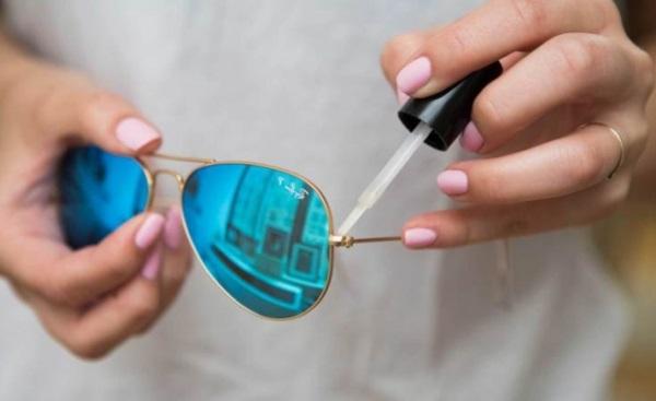 Расширились шарниры на очках? Посмотрите как отремонтировать их дома с помощью косметики