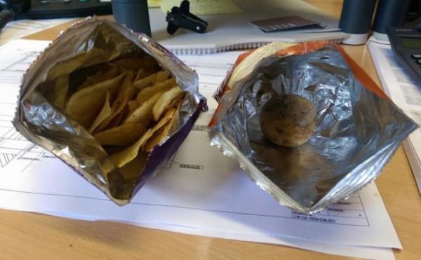 Удивление мужчины, который купил пакетик чипсов из супермаркета: что он нашел в нем?