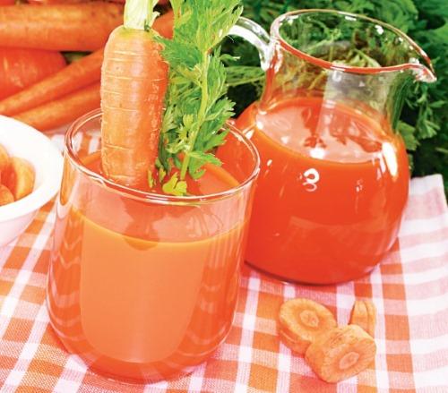 Морковный сок, полный витаминов В1, В6 и С