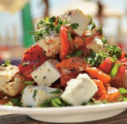Салат из жареного перца с козьим сыром