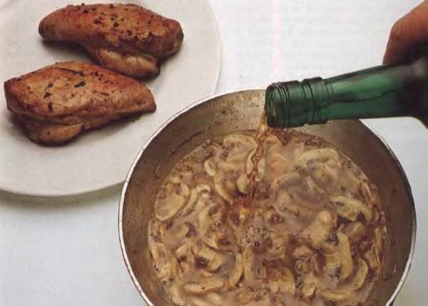 Добавьте мадеры в сковородку с куриными грудками и грибами для придания соусу приятного вкуса. Быстро вскипятите соус для удаления из него алкоголя.